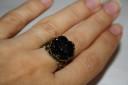 Inel vintage, trandafir negru din rasina, baza filigranata din bronz, reglabil; VANDUT