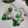 """,,Liliac alb"""" constituie o pereche minunata de cercei, lejeri, cu personalitate si dedicata iubitoarelor de flori (mai ales de liliac alb :D); florile si frunzele sunt din sticla de Cehia, iar accesoriile metalice sunt placate cu argint; lungime: 4,4 cm (cu tortite); UNICAT; VANDUT"""