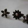 """,,Perle in flori"""", set compus din inel si cercei cu tija, din bronz si cu cate o perluta de cultura in interiorul florilor; inelul este reglabil; UNICAT; VANDUT"""