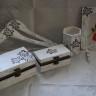 """Set pentru nunta ,,Floare-de-colt""""; compus din doua casete de bijuterii (cea mai mare va pastra dulci amintiri de la nunta, precum o invitatie, bijuteriile miresei, jartiera miresei, papionul si butonii mirelui, etc.), doua umerase personalizate cu numele mirilor pe care acestia sa-si aseze cele mai frumoase haine, o rama foto in care va fi asezata cea mai reusita fotografie a cuplului fericit, un suport de creioane si un clestior (acesta din urma fiind micul meu cadou pentru ei), toate pictate manual cu simbolul cuplului, mare iubitor de drumetii si natura salbatica, floarea-de-colt; tehnica folosita in realizarea acestui set este shabby chic; toate obiectele decorate sunt protejate cu lac"""