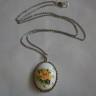 ",,Tensha"", colier realizat din cabochon de jad de munte alb imprimat cu flori japoneze tensha si incadrat in rama argintata si antichizata (dim. pandantiv: 3,7X3 cm); accesorii metalice placate cu argint si lant din otel inoxidabil; lungime colier: 33 cm (58 cm desfasurat); UNICAT; VANDUT"