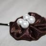 Agrafa de par cu floare din saten brun-ciocolata si perle albe; agrafa este calitativa, nu agata parul; diametrul florii: 45 mm; VANDUTA, se poate reface la comanda