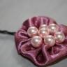 Agrafa de par cu floare din saten roz vintage si perle roz delicat; agrafa este calitativa, nu agata parul; diametrul florii: 45 mm; VANDUTA, se poate reface la comanda