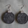 Cercei din spirala de piele naturala gri; accesorii argintii; diametrul spiralei: cca 40 mm; lungime totala: cca 65 mm; VANDUTI
