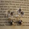Cercei Perla gri; realizati din perle de cultura gri-argintii cu reflexe, prinse de tortite argintii foarte frumoase cu model vegetal (frunze); tortitele au si dopuri de silicon; lungime totala: 35 mm; REZERVATI; VANDUTI