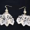 Cercei dantelati, delicati si cu personalitate; dantela alba din bumbac cu perla de sticla alba si accesorii argintii; dimensiuni: lungime 65 mm, latime 50 mm; VANDUTI