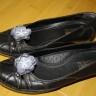Accesorii pentru pantofi/balerini/sandale, realizate din voal fin gri si margele de nisip albe; diamensiunea florilor: cca 45 mm; florile se prind de pantof prin clipsuri, de aceea pot fi purtate si ca cercei sau ca brose pentru copii (in cazul carora acele de brosa prezinta pericol de intepare); clipsurile nu jeneaza piciorul; pretul afisat este pentru o pereche