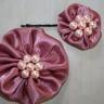 Set accesorii: brosa si agrafa de par din saten roz vintage, cu perle roz delicat (agrafa este calitativa si nu agata/rupe parul); VANDUT, se poate reface la comanda