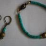 """,,Pestisori turcoaz""""; realizat din felii de turcoaz (heishi) si elemente metalice din bronz, setul contine o bratara si o pereche de cercei tare dragalase; inchizatoarea este magnetica, foarte puternica; UNICAT; VANDUT"""