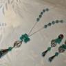 """,,Cer oglindit in ape de smarald"""", set casual realizat din picaturi fatetate de celestit/angelit (picatura mai mare la colier si mai micute la cercei), pietre de jad fatetat in culoarea smaraldului, frunzulite din argint tibetan si accesorii metalice placate cu argint; lantul este lung; tortitele cerceilor sunt tip surub si vin cu dopuri de silicon; setul este foarte frumos si finut; UNICAT; VANDUT"""