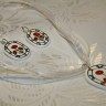 Set casual cu motive traditionale; cercei si pandantiv din lut modelat, pictat si lacuit manual; tortitele cerceilor sunt placate cu argint; snurul poate fi alb sau negru